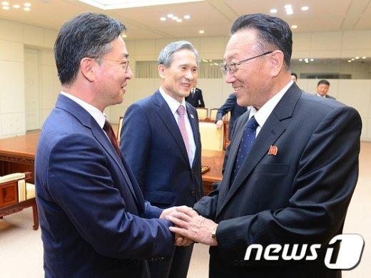 [사진]'남북 고위급 회담 타결' 악수하는 홍용표-김양건