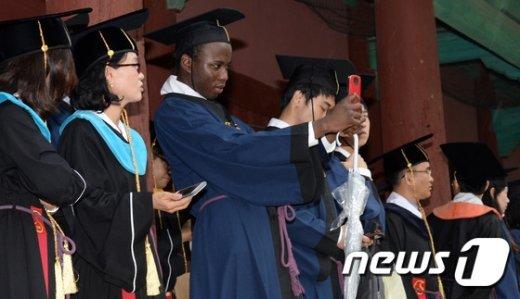 [사진]전통 졸업식 추억남기는 외국인 졸업생