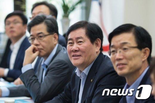 """[사진]최경환 """"내년 예산 확장적 운용...국방비 증액"""""""