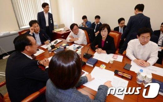 [사진]정개특위, 선거구획정기준 3번째 처리 시도