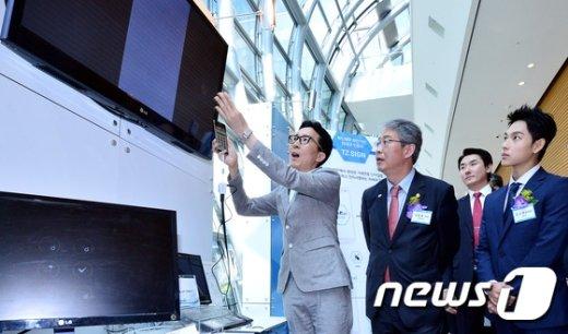[사진]개발업체 설명듣는 임종룡 금융위원장