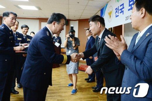 [사진]강신명 경찰청장 '보안위원장들과 함께'