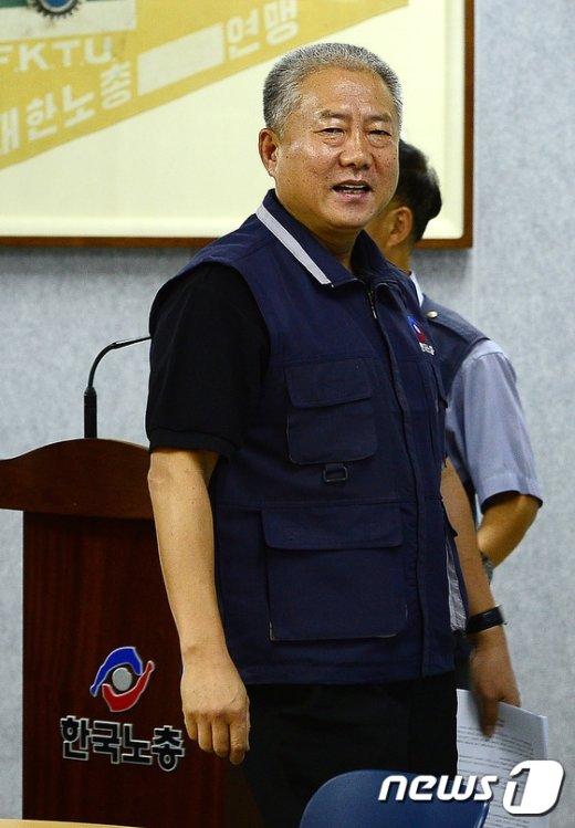 [사진]기자회견장 들어서는 김동만 위원장