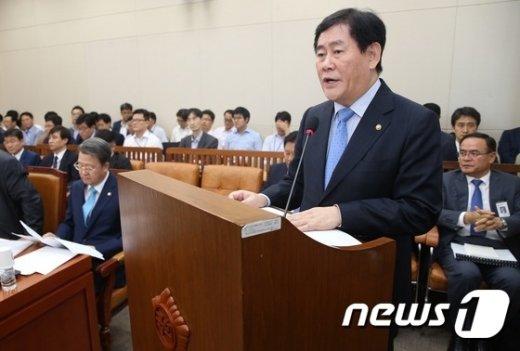 [사진]기재위 출석한 최경환 경제부총리