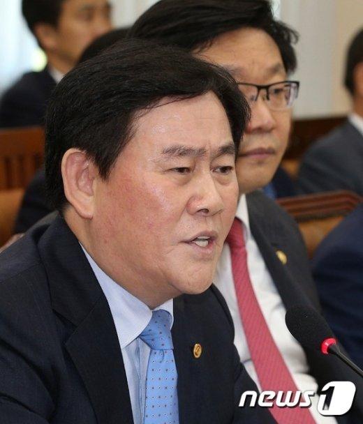 [사진]최경환, 선거법 위반 공세에 '발끈'
