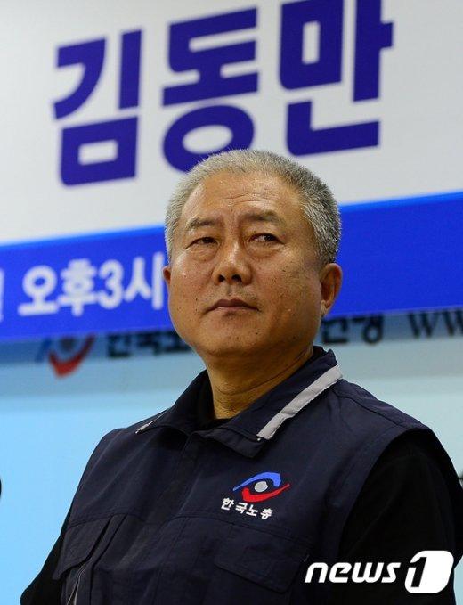[사진]굳은 표정의 김동만 위원장
