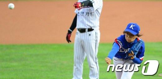 [사진]힘차게 시쿠하는 여자 야구국가대표 김라경
