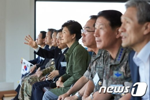 [사진]박 대통령, 통합화력 격멸훈련 참관