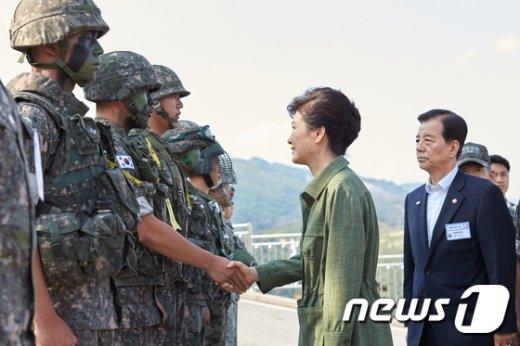 [사진]장병들과 악수하는 박근혜 대통령
