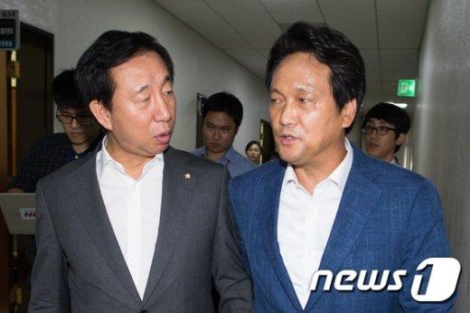 [사진]대화 나누는 김성태-안민석 예결위 간사