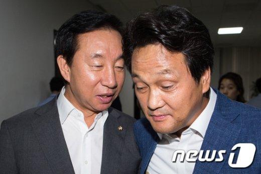 [사진]귀엣말 나누는 김성태-안민석