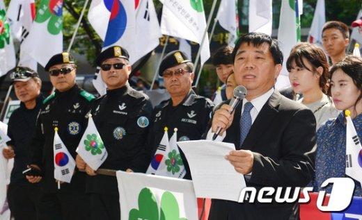 [사진]선언문 낭독하는 안재철 이사장