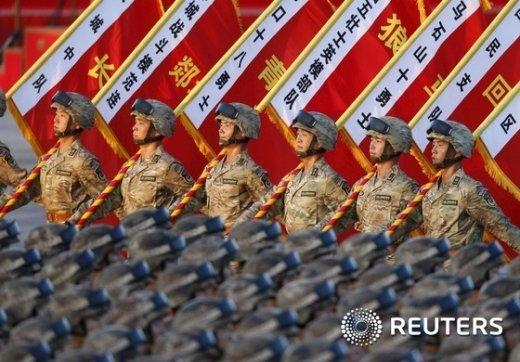 3일 베이징 톈안문 광장에서 열린 항일전쟁 70주년 전승절 열병식에서 중국 인민해방군 기수단이 행진하고 있다. © 로이터=뉴스1 / (로이터=뉴스1) 윤석민 기자 © News1