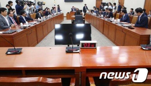 [사진]정무위, 국감 증인채택 '이견'