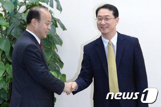 [사진]샤오첸 부대표 맞이하는 김건 북핵외교기획단장