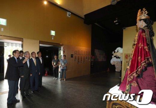 [사진]전시관 둘러보는 김종덕 장관