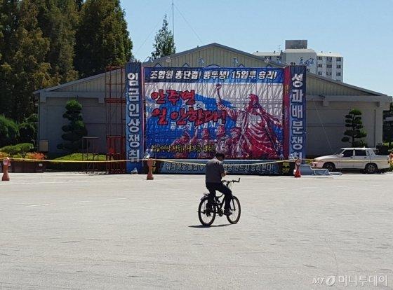 9일 금호타이어 광주공장에서 한 직원이 텅 빈 야드를 자전거를 타고 가로지르고 있다. /사진=양영권 기자