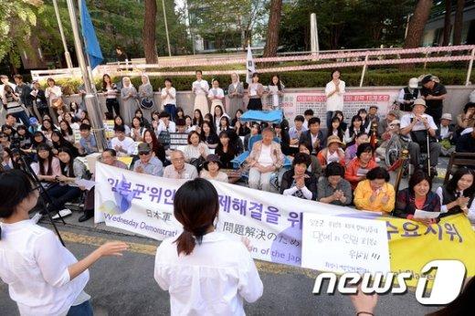 [사진]구호 외치는 수요집회 참가자들
