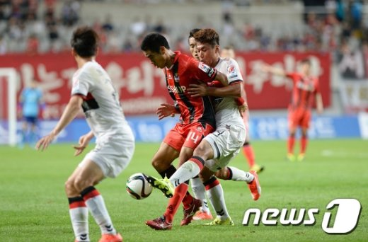 [사진]몸싸움 벌이는 박희성·배슬기