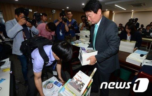 [사진]수능교재 옮기는 한선교 의원