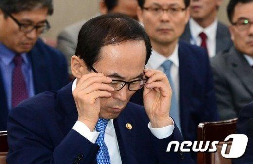 [사진]안경 바로잡는 윤성규 환경부 장관