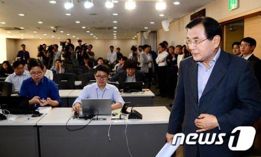 [사진]브리핑룸 들어서는 김대환 위원장