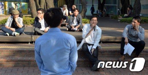 [사진]거리로 나온 청년들 '길거리에서 토론을'