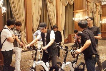 10일 서울 임피리얼 팰리스 호텔에서 열린 '베스비(BESV) 론칭쇼'에서 참가자들이 베스비 자전거를 시승해보고 있다. /사진=듀라클 제공