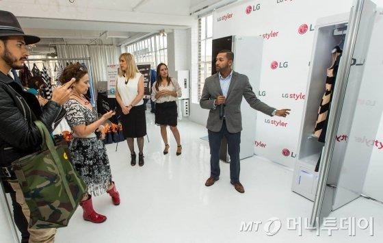 LG전자가 미국 뉴욕에서 10일 개막한 뉴욕 패션위크에 스타일러를 선보였다. 뉴욕 맨해튼의 행사장을 찾은 패션 업계 관계자들이 스타일러에 대한 설명을 듣고 있다/사진제공=LG전자