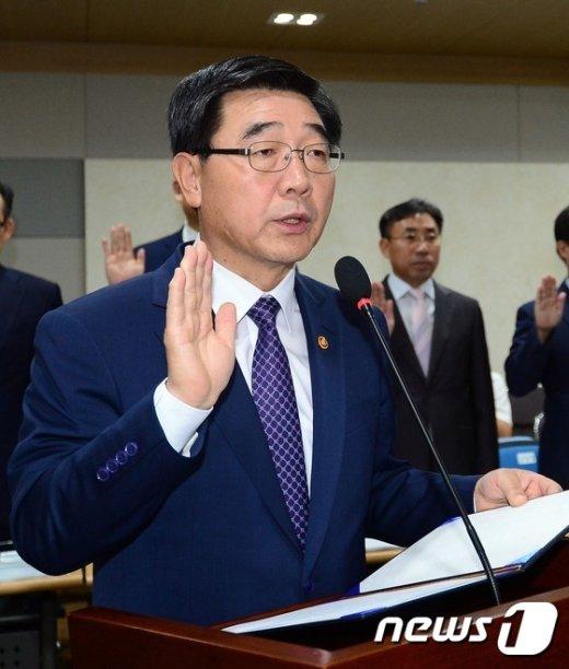 [사진]이기권 장관, 국정감사 증인선서