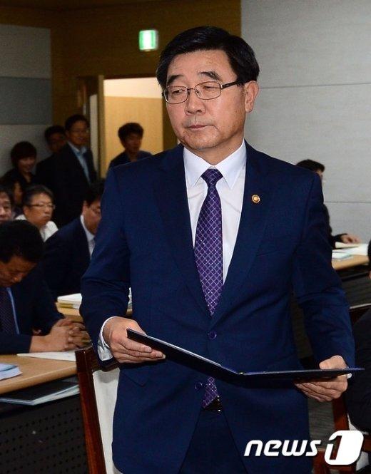 [사진]증인선서석으로 향하는 이기권 장관