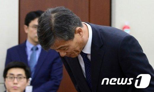 [사진]고개숙여 인사하는 이인복 선관위원장