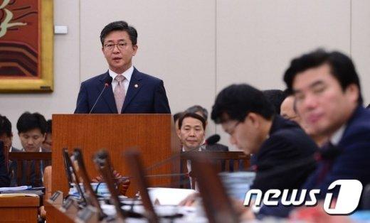 [사진]업무보고하는 홍용표 통일부 장관