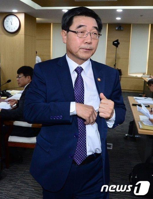 [사진]노동개혁 브리핑으로 정회된 고용노동부 국정감사