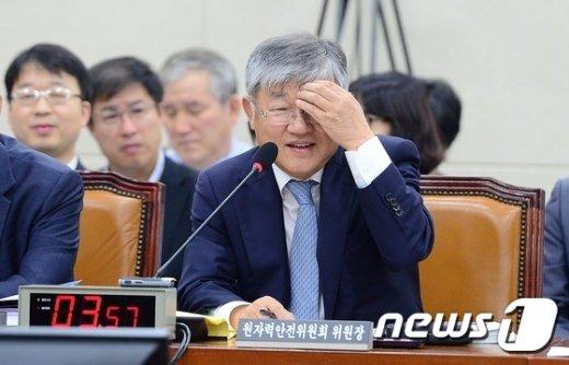 [사진]난감한 이은철 원자력안전위원장