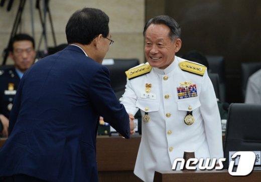 [사진]주호영 의원과 인사하는 최윤희 합참의장