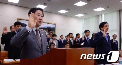 [사진]선서하는 유기준 장관