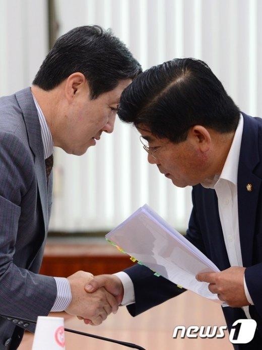 [사진]유기준장관, 이이재 의원과 '무슨 얘기?'
