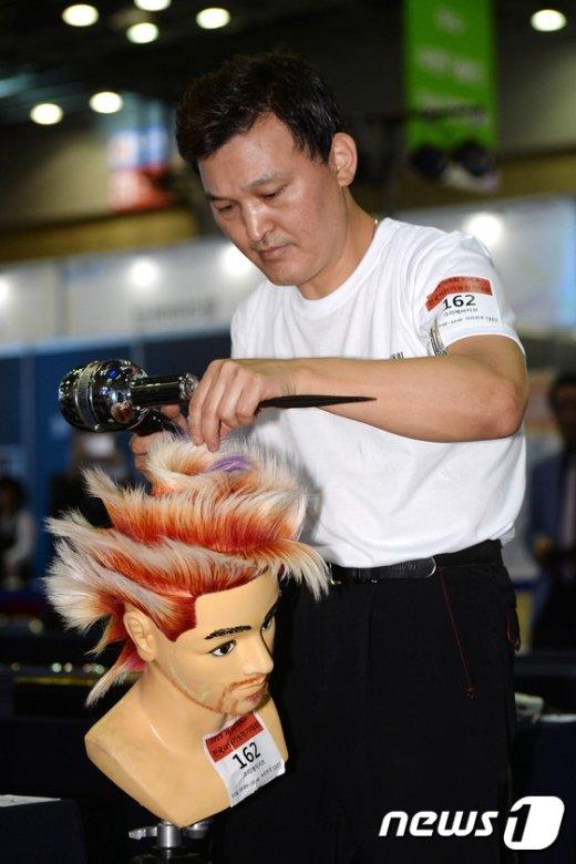 [사진]전국이용경진대회 참가자 '화려한 헤어스타일'