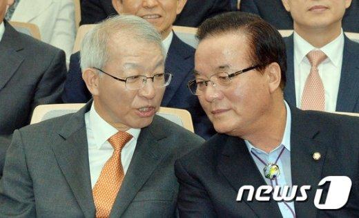 [사진]대화나누는 양승태 대법원장과 정갑윤 국회부의장