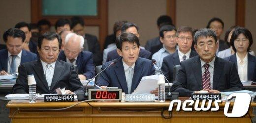 [사진]답변하는 김용헌 헌재 사무처장