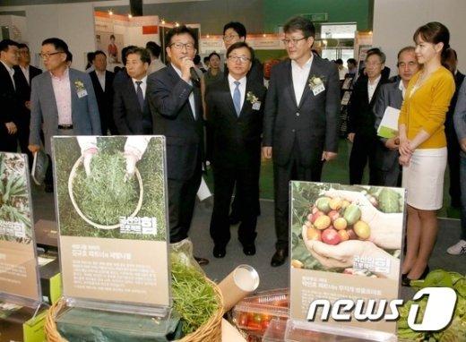 [사진]전시장 둘러보는 이동근 부회장과 여인홍 차관