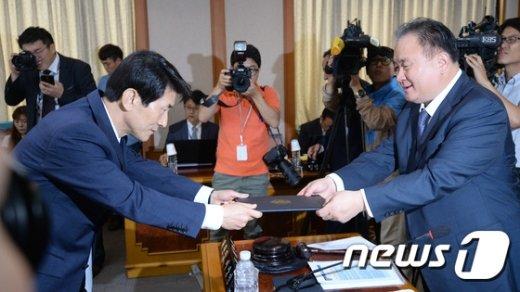 [사진]선서문 전달하는 김용헌 헌재 사무처장