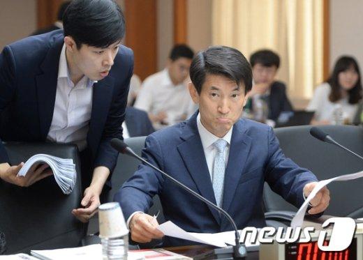 [사진]국정감사 준비하는 김용헌 헌재 사무처장