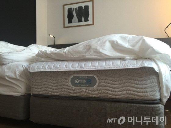 수면 환경이 훌륭하다. '시몬스 뷰티레스트 프리미엄'과 '헝가리산 거위털 침구를 사용한다/사진=이지혜기자