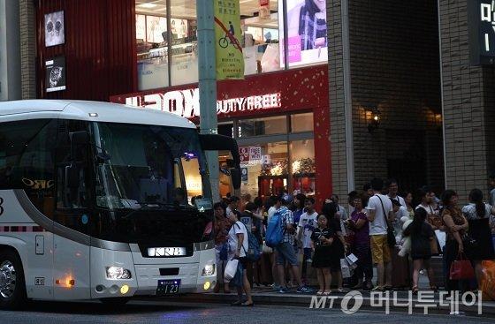 일본 도쿄 긴자거리에 면세점 라옥스에서 관광버스에 탑승하는 유커들 모습/사진=김유경 기자<br />