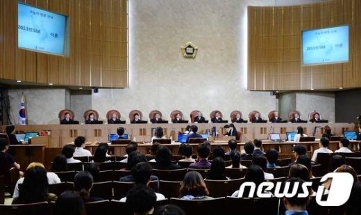 양승태 대법원장을 비롯한 대법관들이 지난 6월 26일 오후 서울 서초구 대법원 대법정에서 열린 가정 파탄의 책임이 있는 배우자는 이혼 청구를 못 하도록 하는 이른바 '유책주의' 폐지 여부에 대한 공개변론에 참석하고 있다. 대법원은 50년간 이혼제도의 근간으로써 유지된 유책주의에서 파탄주의로 판례를 변경할지 귀추가 주목되고 있다. 2015.6.26/뉴스1 © News1 손형주 기자