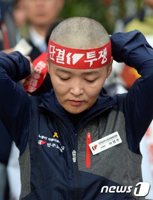 [사진]머리띠 두르는 민주노총 임원