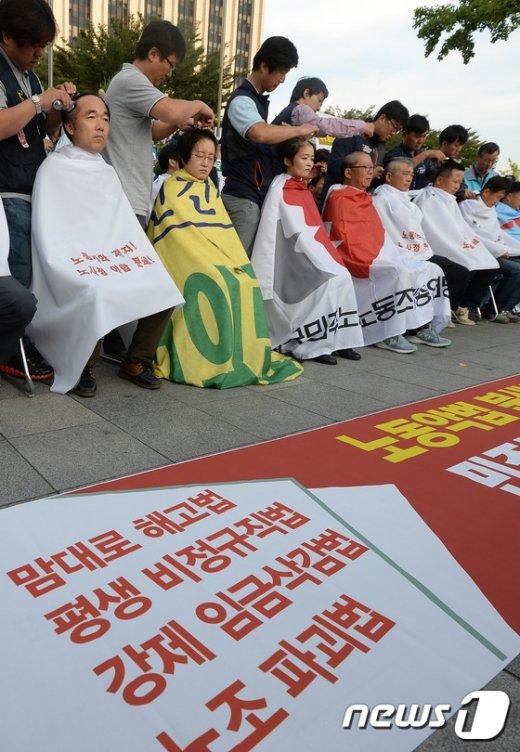 [사진]민주노총 임원·대표자, 정부청사 앞 삭발식