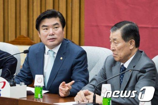[사진]원유철 '국감 대책은?'